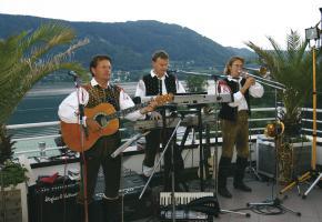 Ossiacher See Musikanten auf der Hotelterrasse