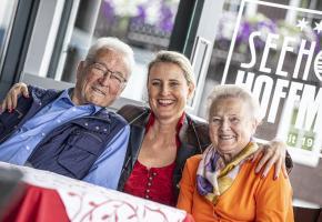 Eva mit Opa und Oma Hoffmann