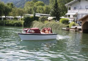 Elektroboot vor Haus am See